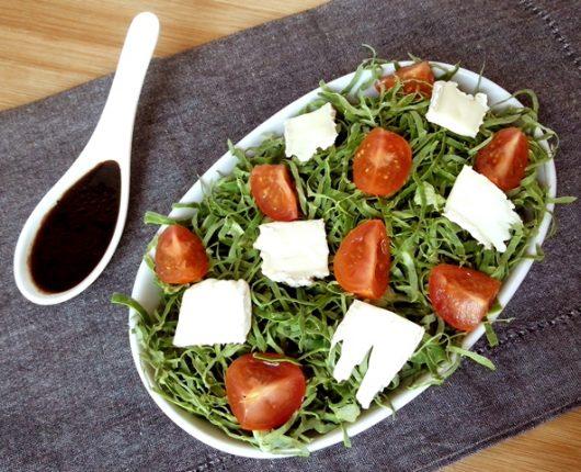Salada de couve, tomatinhos e queijo brie com vinagrete de balsâmico