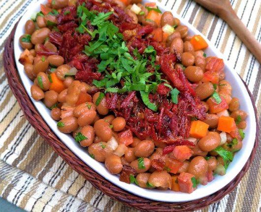 Salada de feijão bolinha com carne seca crocante
