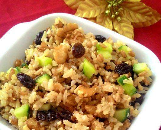 Salada de grãos com pepino, nozes e uvas passas