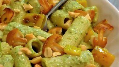 Salada de macarrão com pesto de espinafre e cogumelos