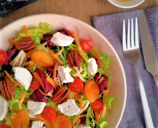 Salada com queijo de cabra, damascos e nozes