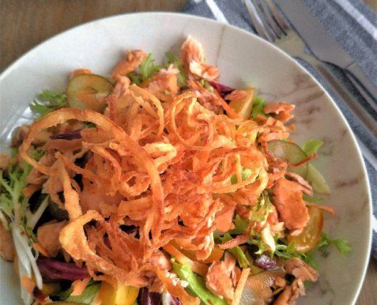 Salada colorida com salmão e crisps de cebola