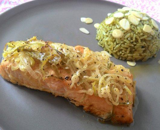 Salmão no forno com alho poró e arroz ao pesto de amêndoas