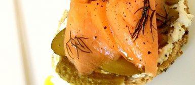 Sanduíche aberto de salmão defumado com pepino em conserva e creme cítrico