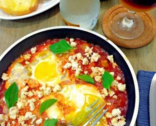 Shakshuka a la Norma (ovos no molho com berinjela e ricota)