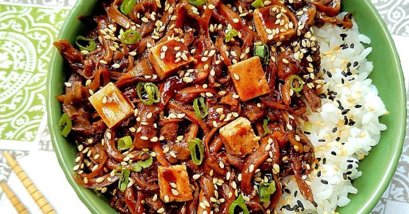 Shimeji, brotos de bambu e tofu com molho de gengibre