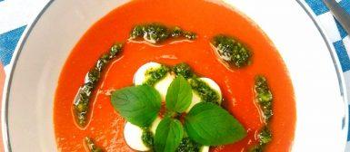 Sopa caprese (de tomate e muçarela com molho pesto)