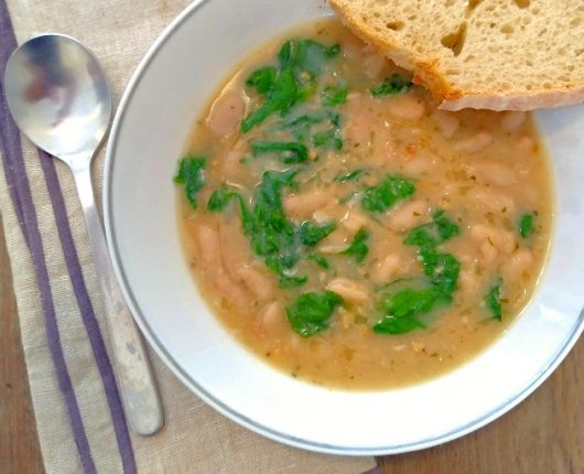 Sopa de feijão branco com espinafre