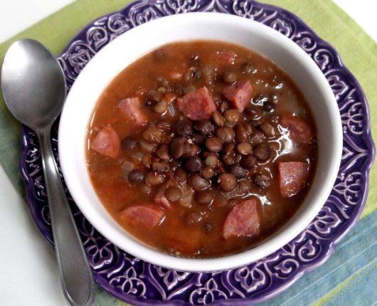 Sopa de lentilhas com linguiça defumada