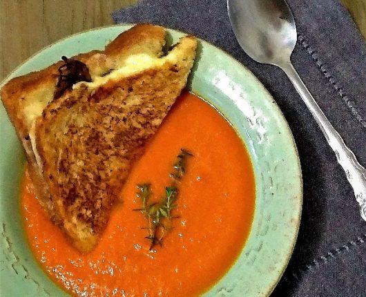 Sopa de tomate assado com queijo quente