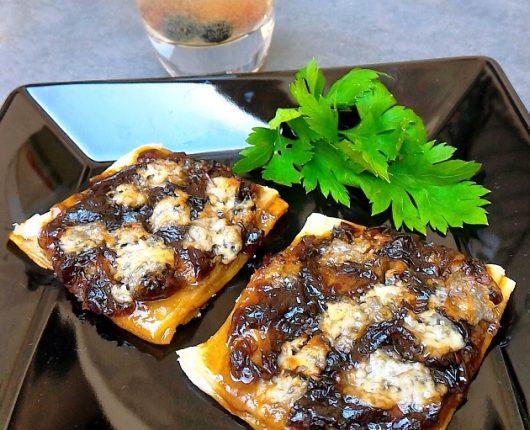 Tarteletes de cebola caramelizada e queijo