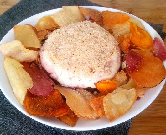 Terrine de jabuticaba e cream cheese com castanhas e chips crocantes