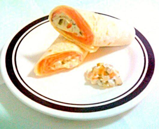 Wrap de salmão defumado com molho tártaro de cream cheese e wasabi