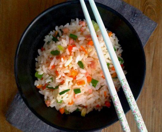 Arroz chop suey ou Yakimeshi (com ovo, presunto, cenoura e camarão)