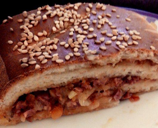 Baguete recheada com linguiça e queijo (e um atalho para adiantar a receita)