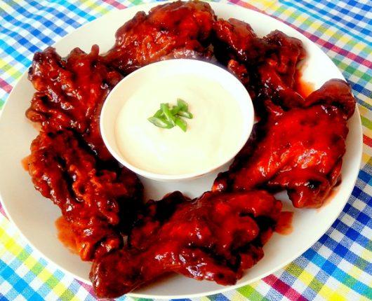 Buffalo chicken wings (asinhas e coxinhas de frango empanadas com molho picante)