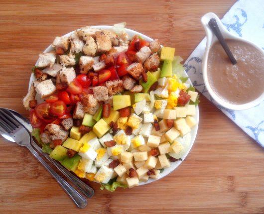 Cobb Salad (salada de folhas com tomate, ovo, frango, abacate, bacon e croutons)