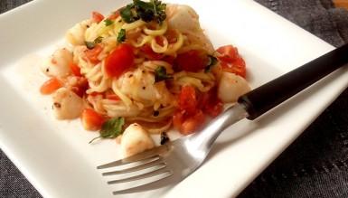 Espaguete de abobrinha com tomatinhos, muçarela de búfala e manjericão