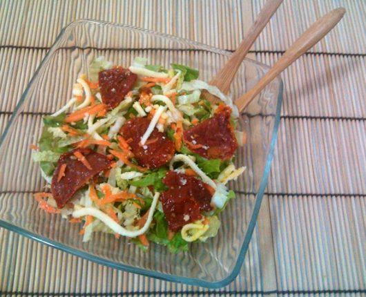 Salada de acelga, alface, cenoura, tomate seco e parmesão