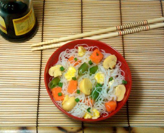 Bifum com cenoura, vagem, champignons e ovos mexidos (Macarrão de arroz com vegetais)