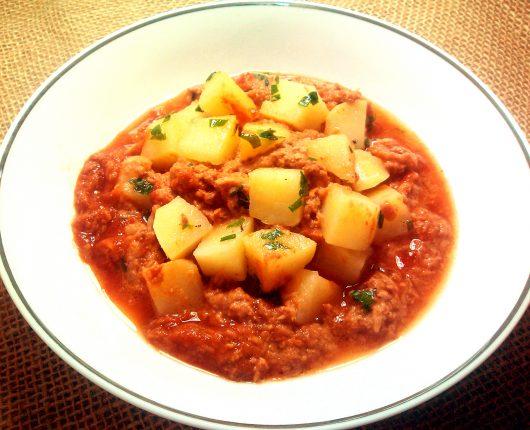 Batata cozida com atum ao molho de tomate (no microondas)