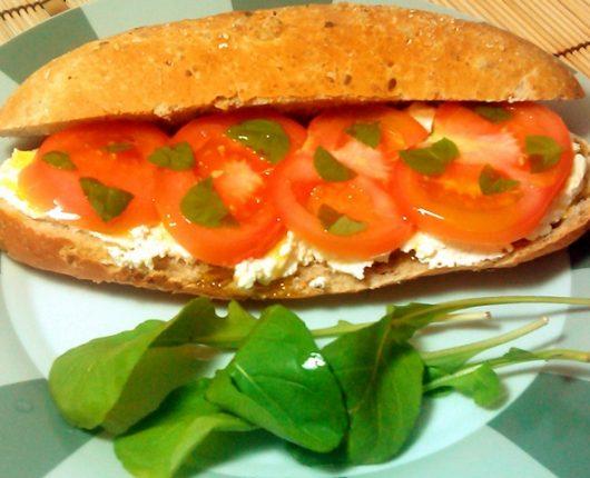 Sanduíche de tomate com cream cheese