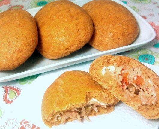 Pãozinho caipira (pão de milho recheado com frango)
