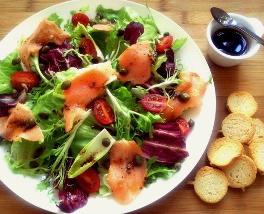 Salada com salmão defumado e molho de shoyo