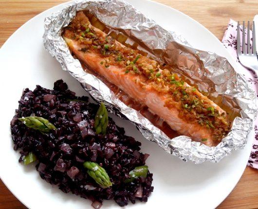 Papillote de salmão oriental com arroz preto e aspargos da Le Box