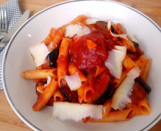 Pasta alla Norma (com molho de tomate, berinjela, alho, manjericão e pimenta calabresa)