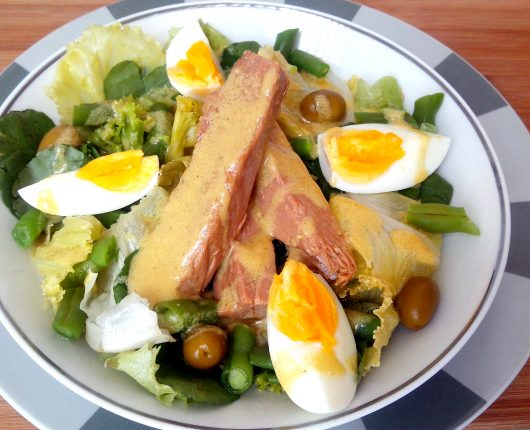 Salada niçoise (alface, tomate, vagem, azeitonas, atum e ovo)
