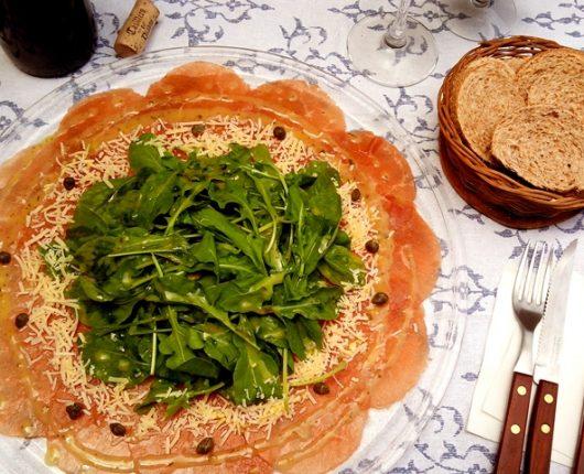 Salada de carpaccio com rúcula e molho delicioso