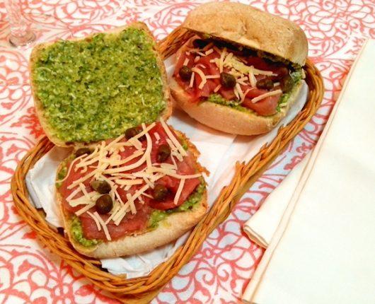 Sanduíche de carpaccio com pesto de rúcula