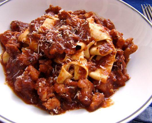 """Maltagliati prático com molho de linguiça de frango ao vinho (massa fresca """"mal cortada"""")"""