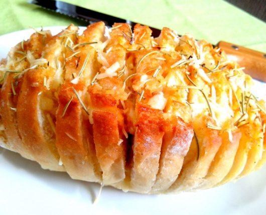 Pão à Hasselback (fatiado e recheado com queijos, alho e alecrim)