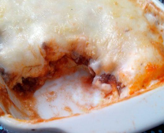 Polenta recheada com molho de carne e gratinada com parmesão