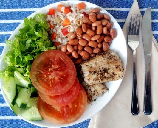 Alimentação saudável fora de casa: é possível?