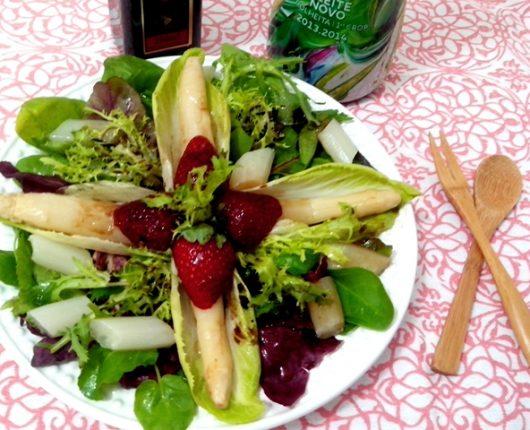 Salada com endívias, aspargos brancos e morangos