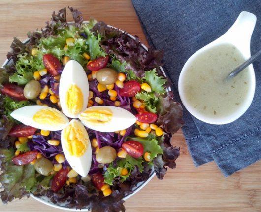 Salada colorida com ovo cozido e molho de limão e ervas