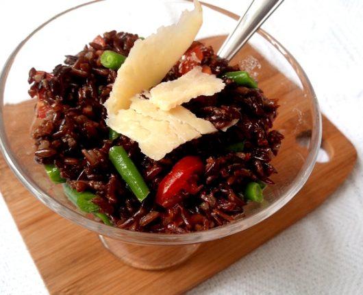 Salada de arroz vermelho com vagem, tomate e parmesão