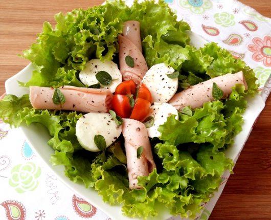 Salada com peito de peru, muçarela de búfala, tomate e manjericão