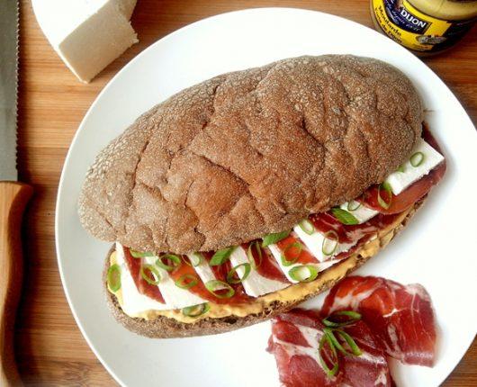 Sanduíche de copa e queijo branco com mostarda e cebolinha