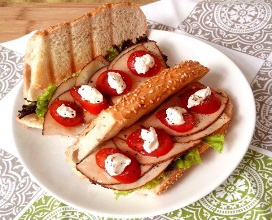 Sanduíche de peito de peru defumado com creme de ricota, alface e tomate