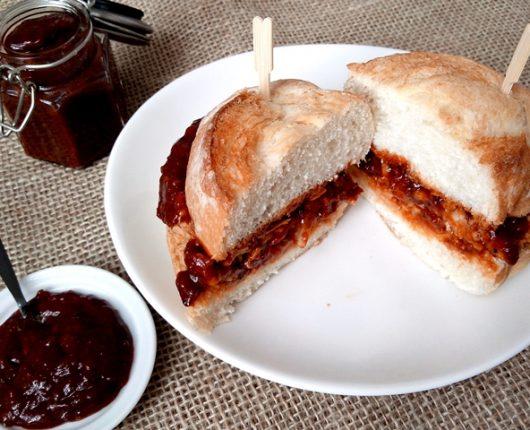 Sanduíche de pernil com molho barbecue