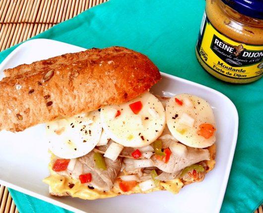 Sanduíche de rosbife com vinagrete, queijo e mostarda dijon