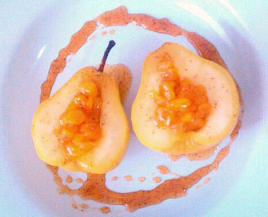 Pera cozida com calda de damasco (calorias reduzidas)