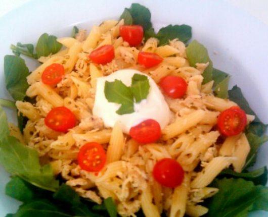 Salada de macarrão com frango desfiado, rúcula e tomates