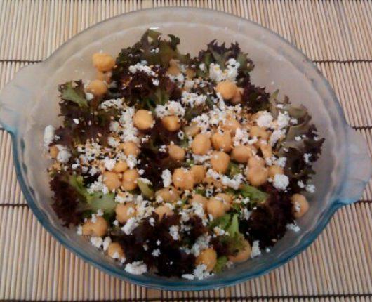 Salada com ricota, grão de bico e gergelim