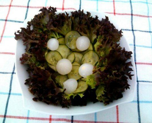 Salada com pepino e conserva de cebolinhas