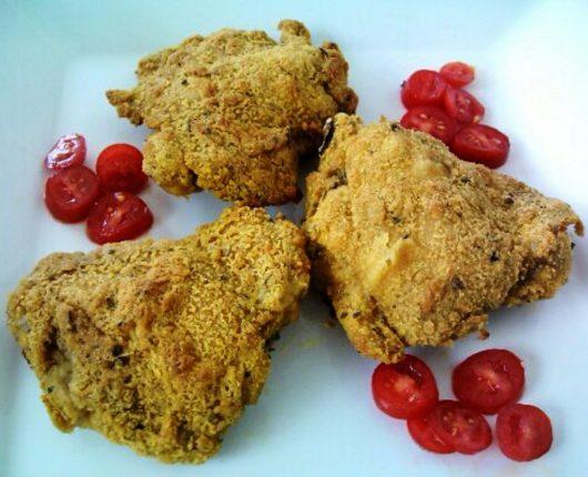 Sobrecoxas de frango empanadas com curry